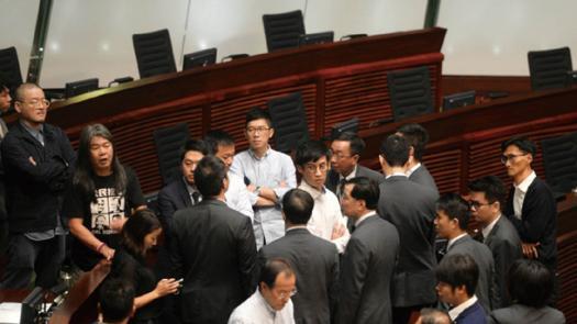 對特區政府評價應公道些<br/>The comments on the gov't of Hong Kong should be mo...