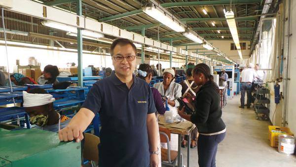 """香港鞋王教路非洲營商<br/>Hong Kong's """"King of Shoes"""" gives guide how to ..."""